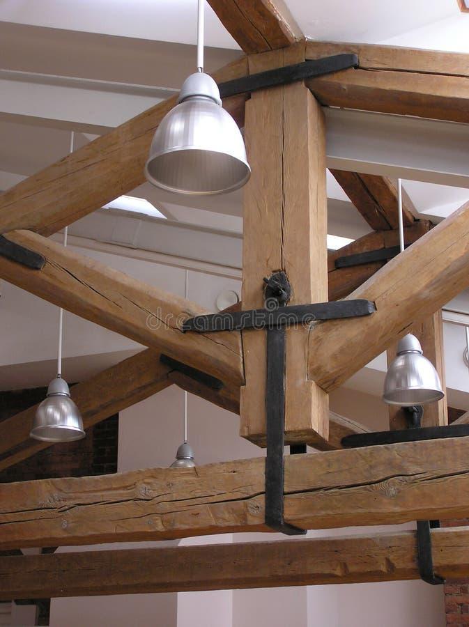 Lâmpadas e madeiras do telhado foto de stock royalty free