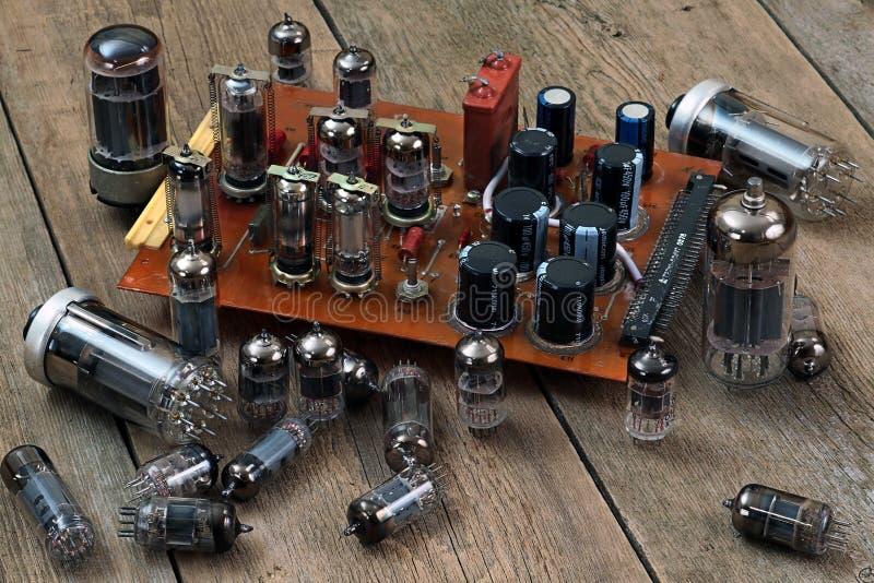 Lâmpadas e transistor de rádio imagens de stock