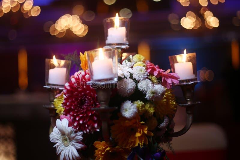 Lâmpadas fúnebres da vela na noite foto de stock royalty free
