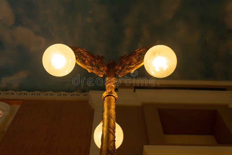 3 lâmpadas num único polo foto de stock