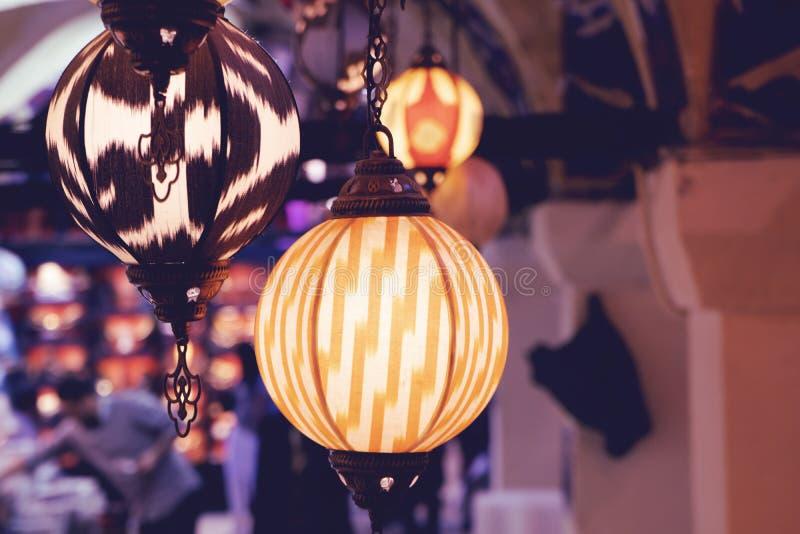 Lâmpadas que penduram no bazar grande em Istambul fotografia de stock royalty free