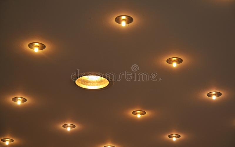 Lâmpadas Recessed do halogênio construídas em um teto imagem de stock