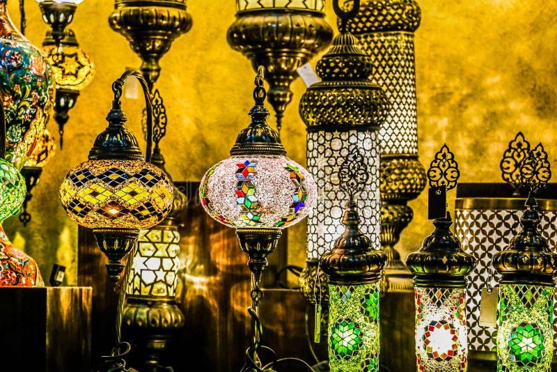 Lâmpadas turcas de suspensão decorativas brilhantes tradicionais e luzes coloridas com cores vívidas no bazar de Istambul, Turqui foto de stock