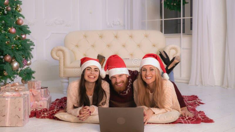 Lächelnder Familienwinterurlaub des Porträts stockfotografie