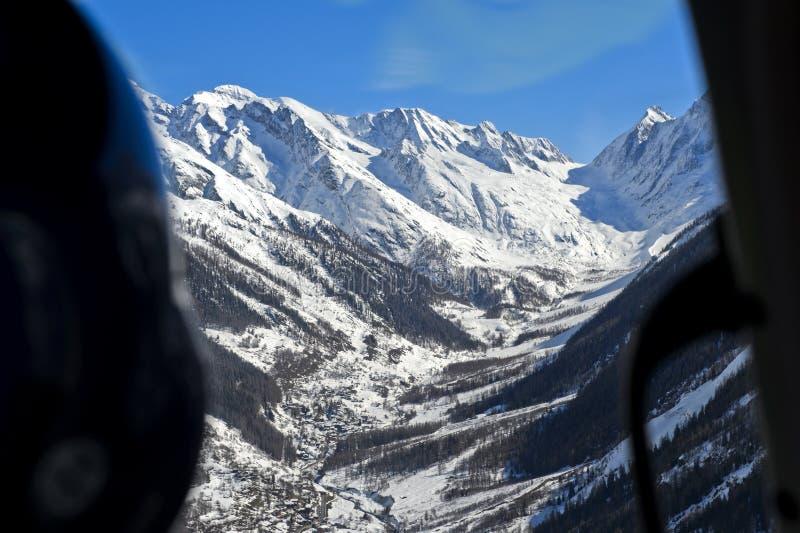 Lötschental dal med detäckte maxima av de Bernese fjällängarna arkivfoton