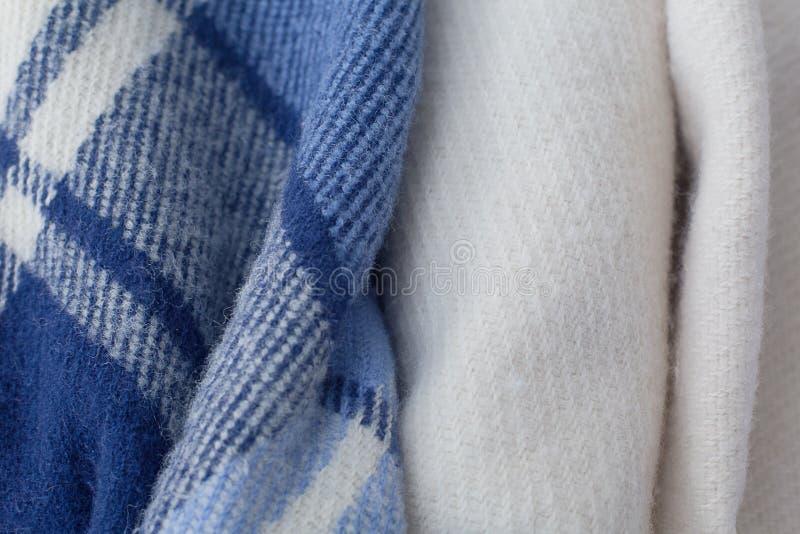 A lã morna cobre azul e branco fotos de stock