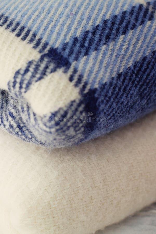 A lã morna cobre azul e branco fotos de stock royalty free