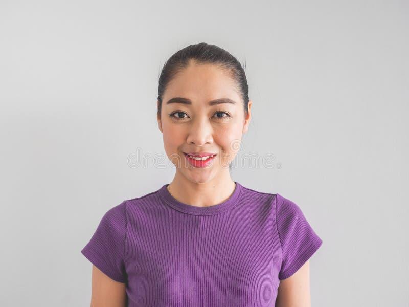 Lächeln-Asiatingesicht, das glücklich sich fühlt stockfotografie