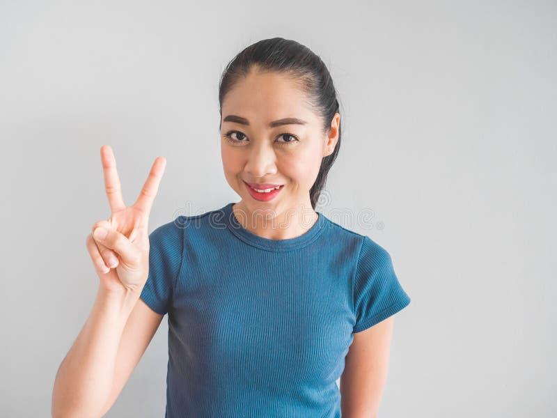 Lächeln-Asiatingesicht, das glücklich sich fühlt stockfotos