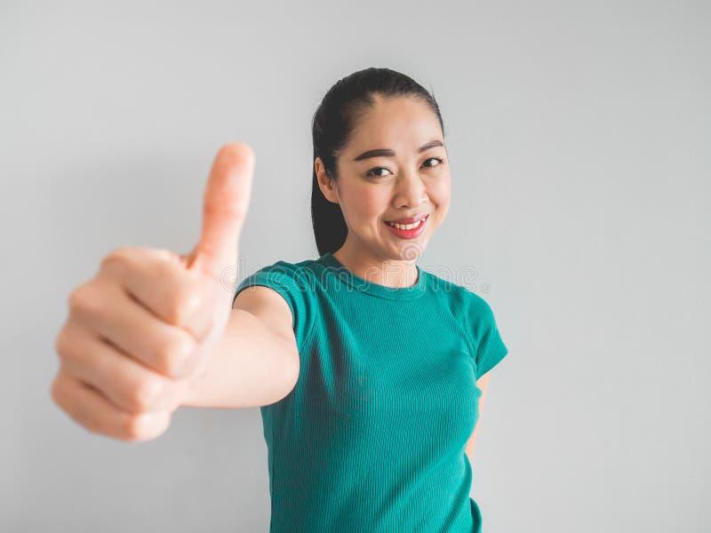 Lächeln-Asiatingesicht, das glücklich sich fühlt lizenzfreies stockbild