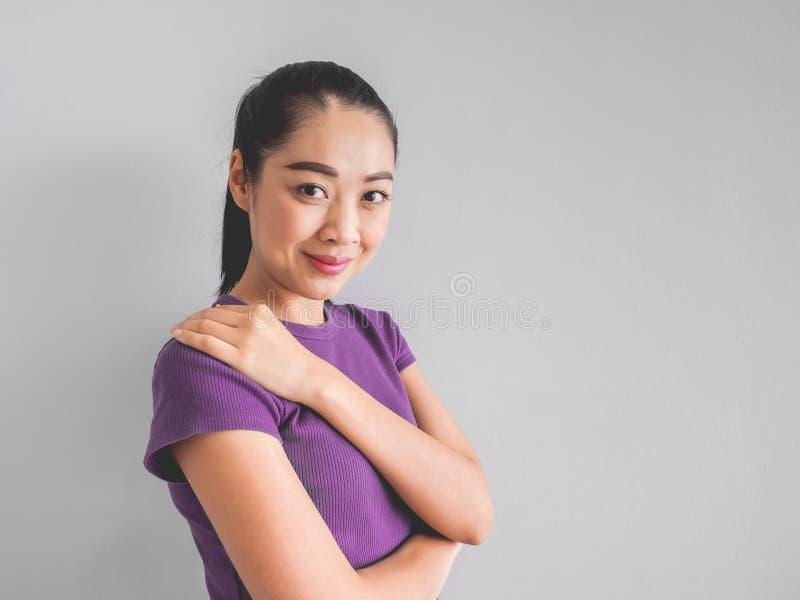 Lächeln-Asiatingesicht, das glücklich sich fühlt stockbilder