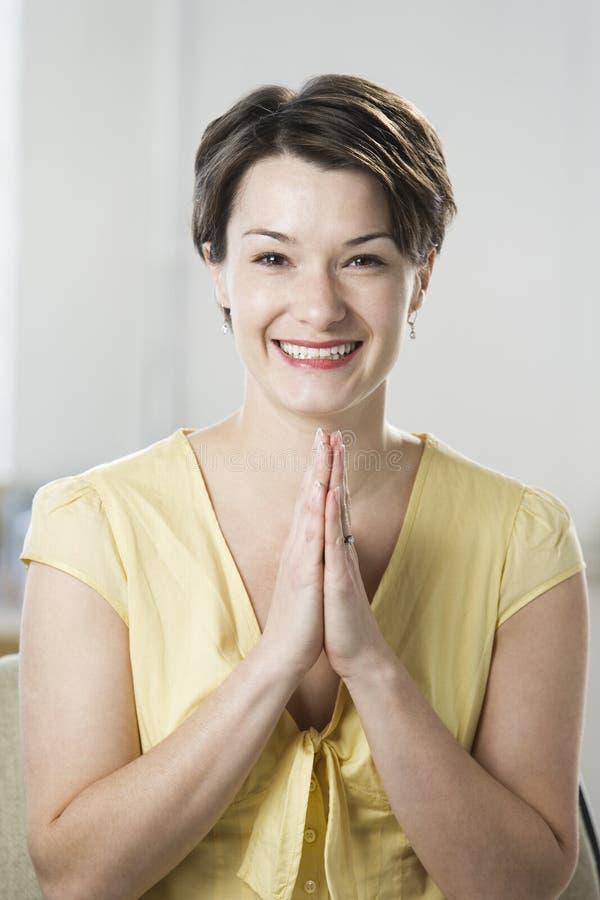 Lächeln der erwachsenen Frau lizenzfreies stockfoto