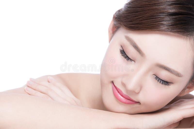 Lächeln der hübschen Frau genießt Badekurort lizenzfreies stockfoto
