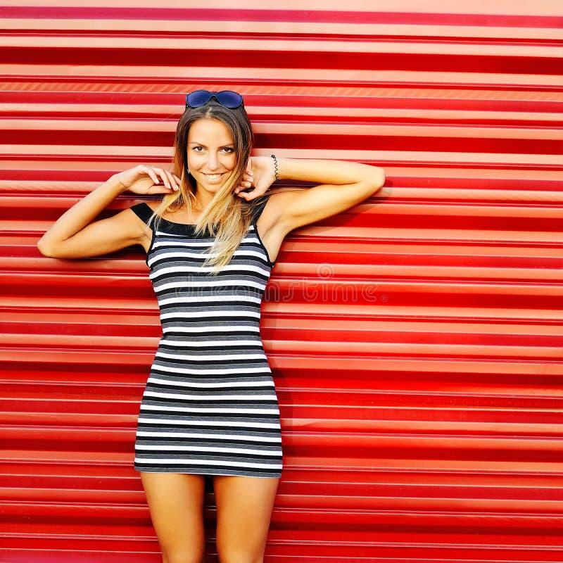 Lächeln der jungen Frau Modeporträt im Freien hübscher Mädchenposition stockbilder