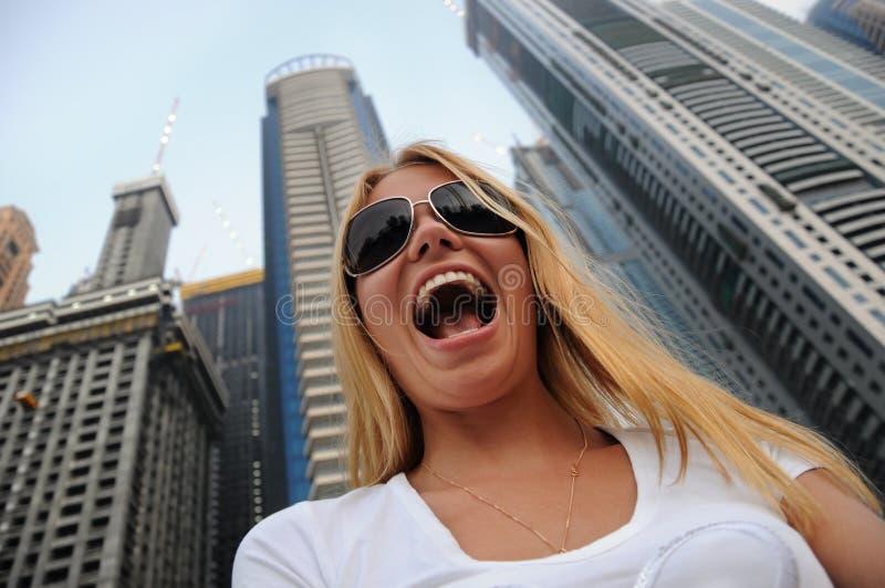 Lächeln in der Stadt lizenzfreie stockbilder