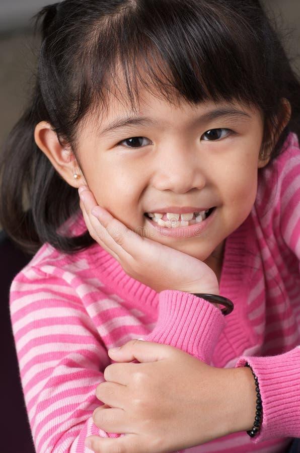 Lächeln des kleinen Mädchens lizenzfreies stockfoto