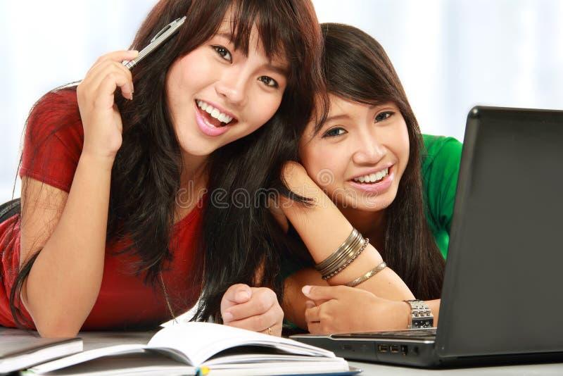 Lächeln des weiblichen Kursteilnehmers lizenzfreies stockfoto