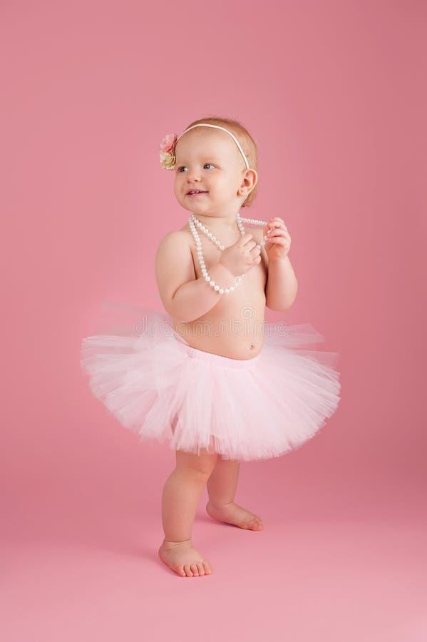 Lächeln ein jähriges Mädchen, das ein rosa Ballettröckchen trägt lizenzfreies stockfoto