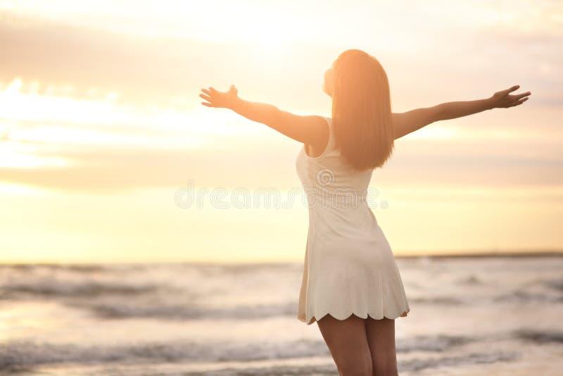 Lächeln frei und glückliche Frau stockfoto