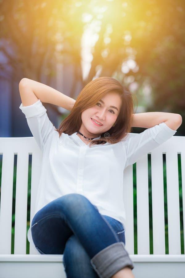 Lächeln genießt sich entspannt gesundes Konzept des angenehmen Lebens lizenzfreies stockbild