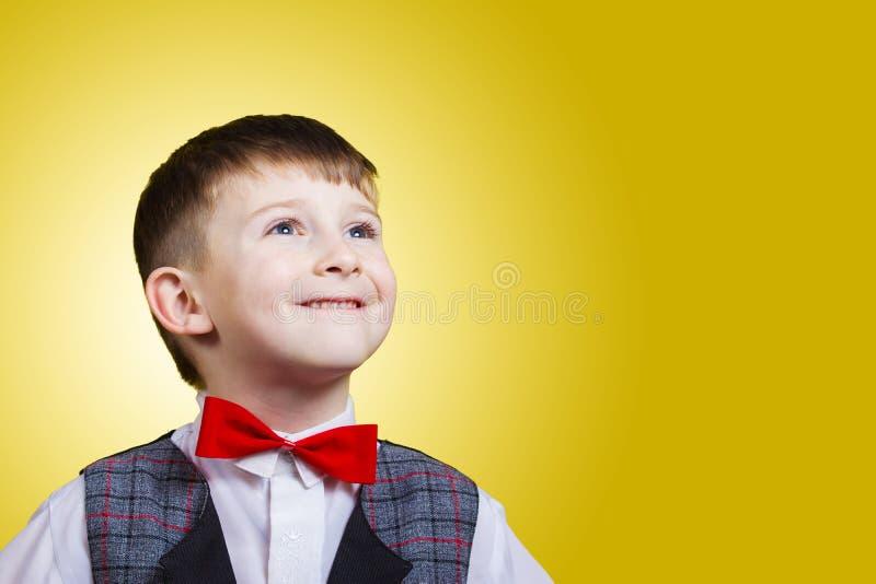 Lächeln, glücklicher, froher schöner kleiner Junge, oben schauend Nahaufnahme lizenzfreies stockfoto