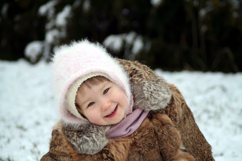 Lächeln im Schnee stockfotografie
