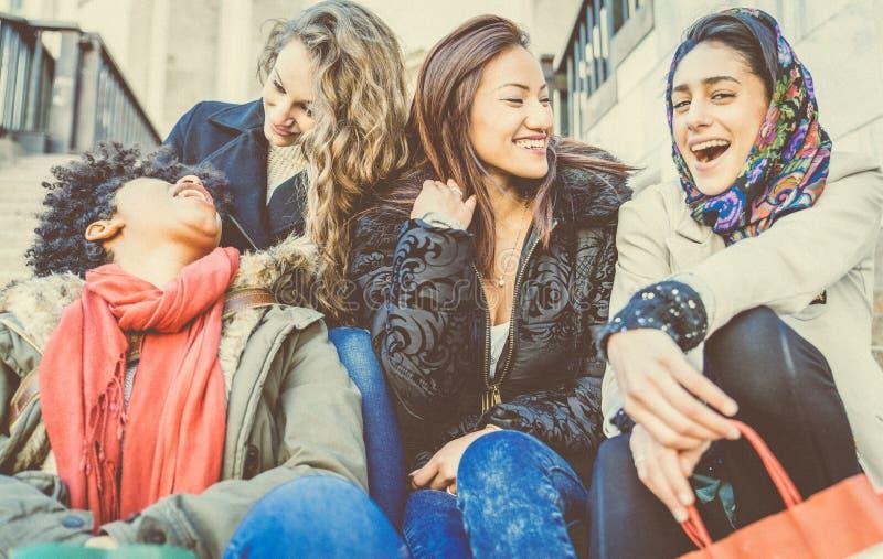 Lächeln mit vier junges schönes Mädchen lizenzfreies stockbild