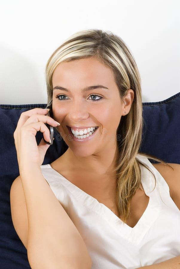 Lächeln am Mobile lizenzfreies stockbild