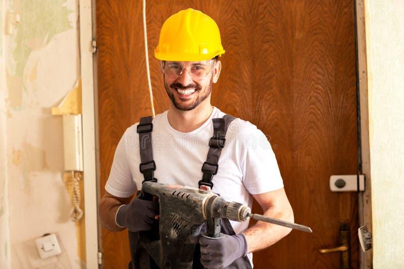 Lächeln nach einer Maurerarbeitarbeit gut erledigt stockfoto
