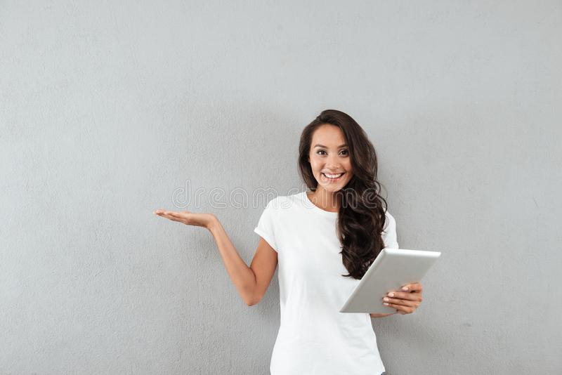 Lächeln recht asiatische Frau, die Tablet-Computer hält stockfotografie