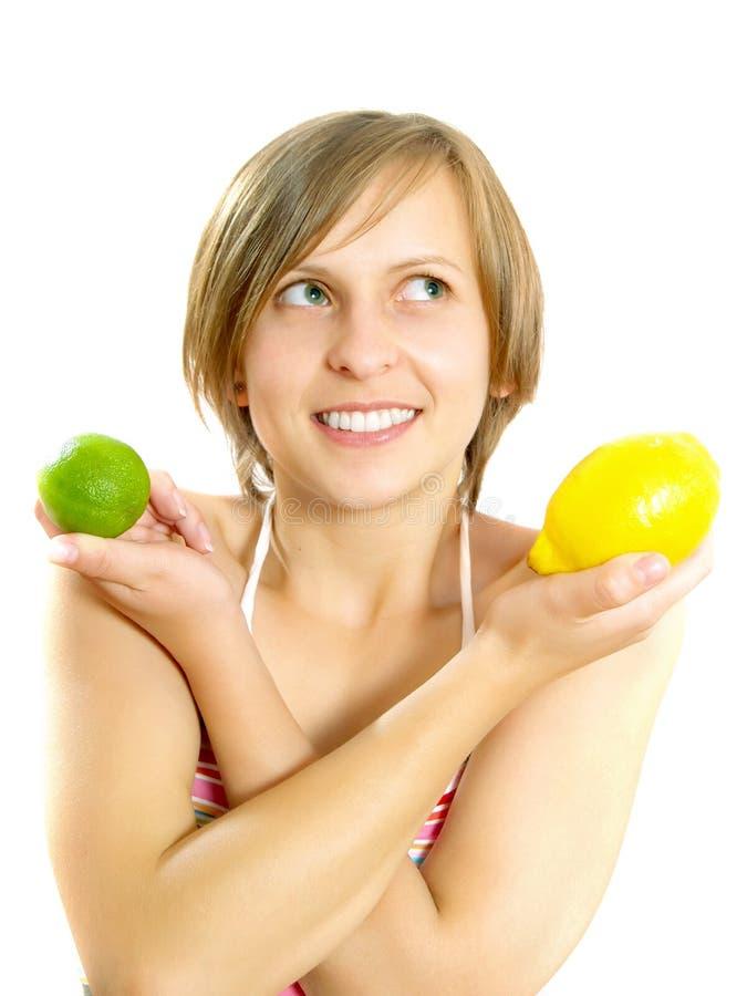 Lächeln recht junge Dame mit Zitrone und Kalk stockfotos
