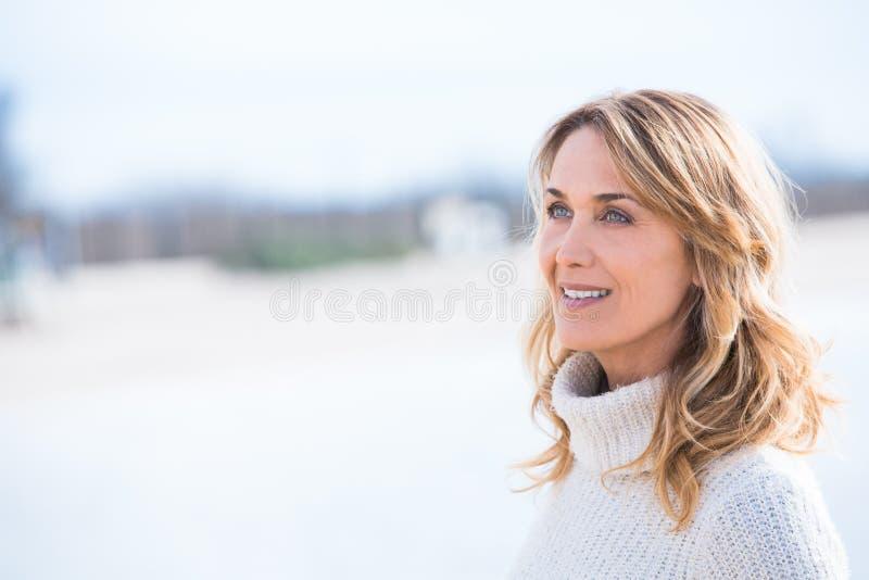 Lächeln und blonde Frau stockfoto