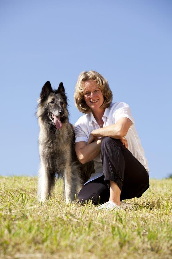 Lächeln und stolze Frau mit belgischem Schäferhund lizenzfreies stockfoto