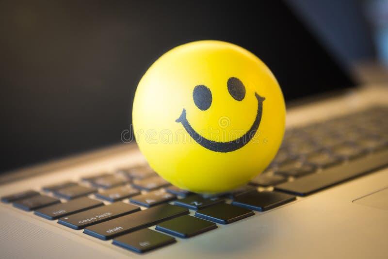 Lächelnball auf Tastatur stockfoto