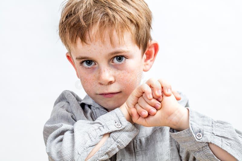 Lächelnd Kind mit blauen Augen entschlossen aussehen, halten seine Fäuste stockfotos