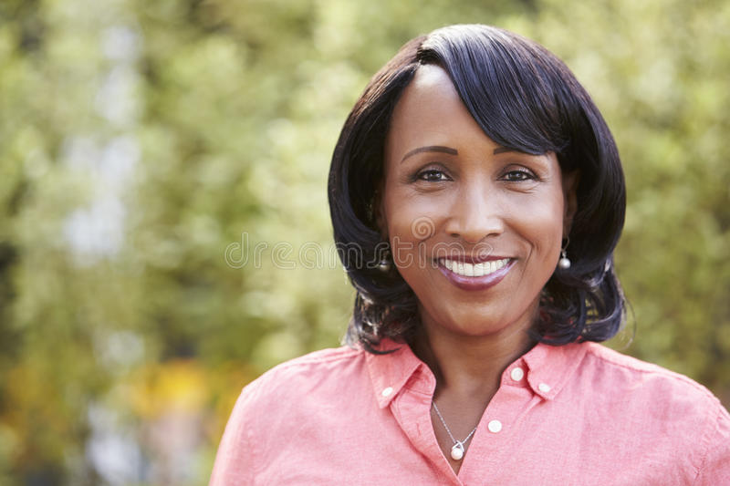 Lächelnde ältere Afroamerikanerfrau, horizontal, Porträt lizenzfreie stockfotografie