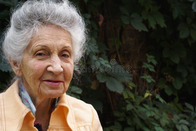 Lächelnde ältere Frau lizenzfreie stockbilder