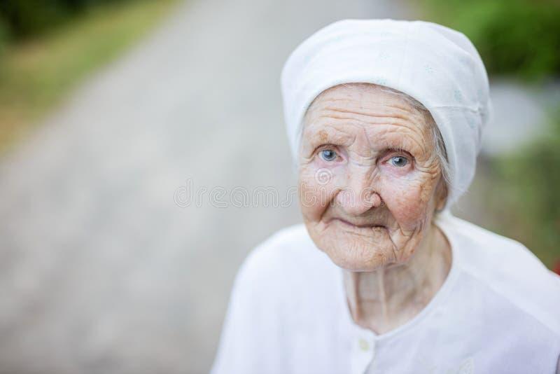 Lächelnde ältere Frau draußen lizenzfreie stockfotografie