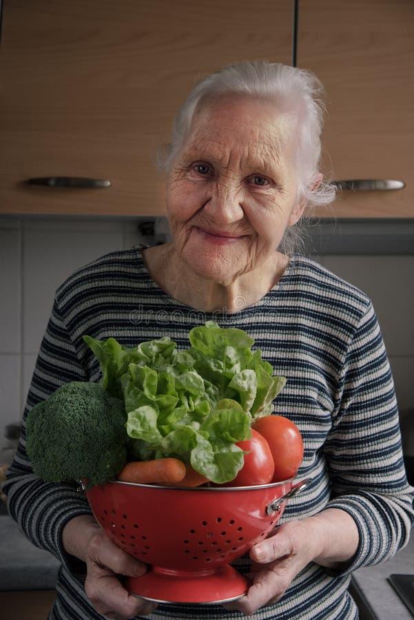 Lächelnde ältere Frauenküche lizenzfreie stockfotos