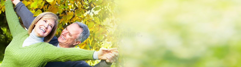 Lächelnde ältere Paare lizenzfreie stockbilder