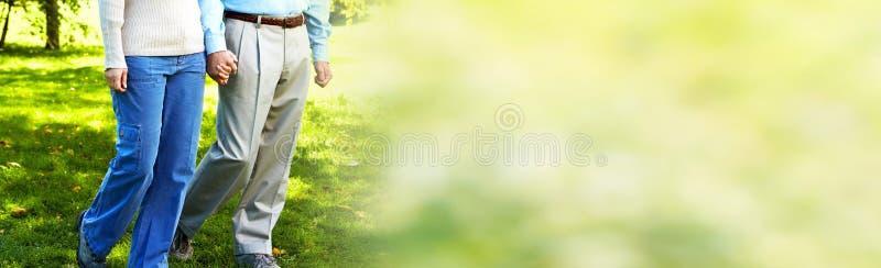Lächelnde ältere Paare lizenzfreie stockfotos