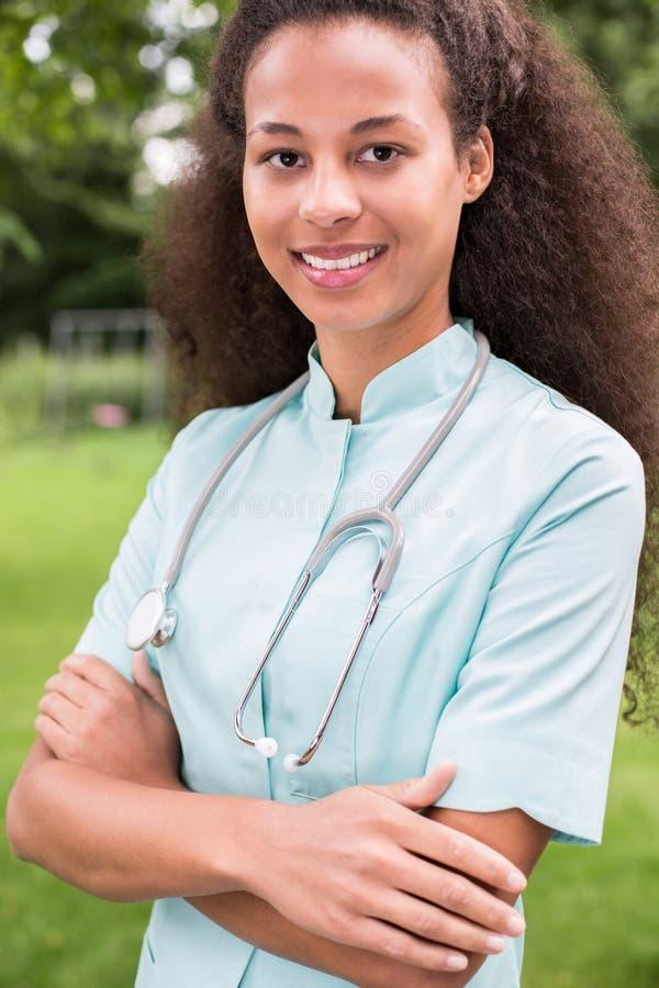 Lächelnde Afroamerikanerärztin stockfoto