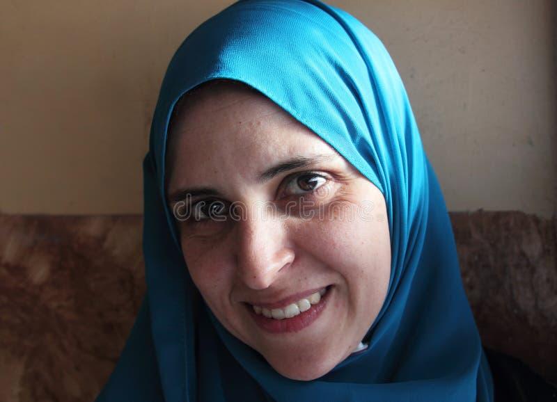 Lächelnde arabische moslemische Frau lizenzfreies stockbild