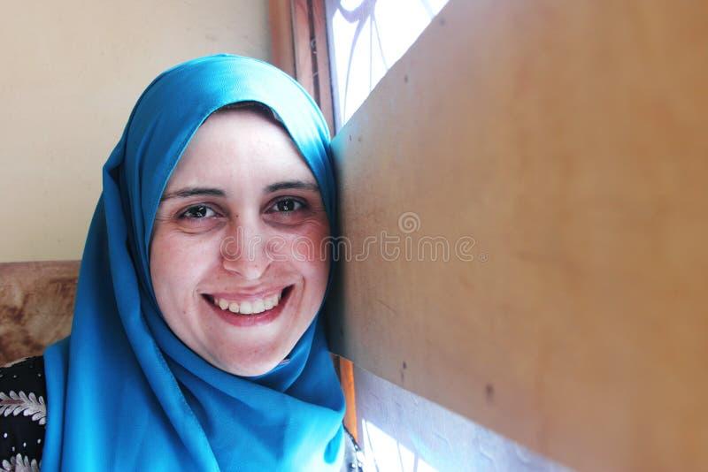 Lächelnde arabische moslemische Frau lizenzfreie stockfotografie