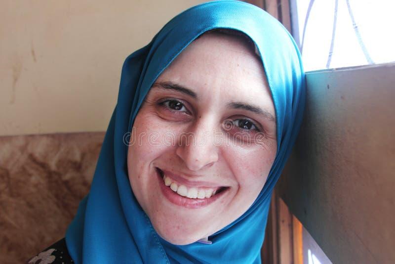 Lächelnde arabische moslemische Frau stockfoto