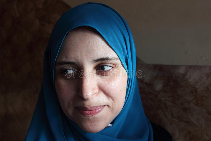 Lächelnde arabische moslemische Frau stockfotos