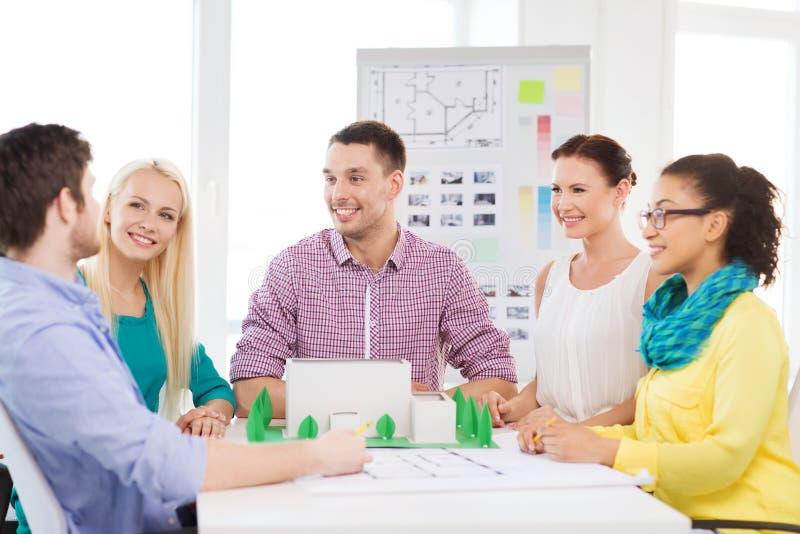 Lächelnde Architekten, die im Büro arbeiten lizenzfreie stockfotos