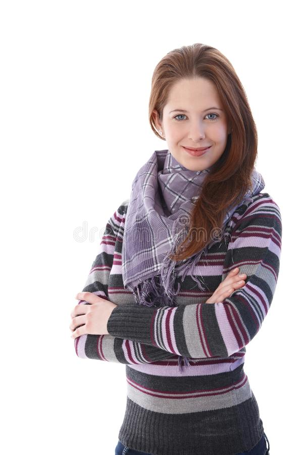 Lächelnde Arme des jungen Mädchens gekreuzt stockbild
