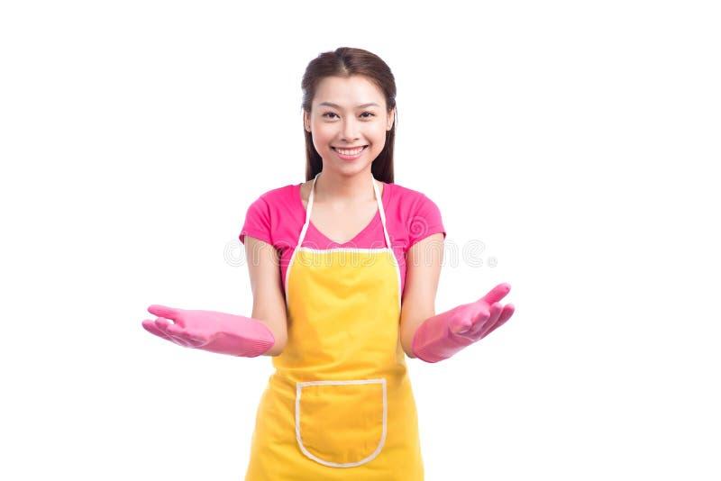 Lächelnde asiatische Dame der jungen Reinigung mit rosa Gummihandschuhe showin lizenzfreie stockbilder