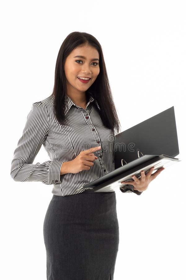 Lächelnde asiatische junge Dame, die Belegdateiordner hält lizenzfreie stockfotografie